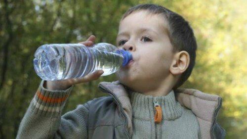 su içen erkek çocuk