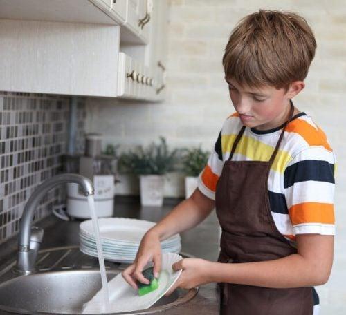 bulaşık yıkayan erkek çocuk