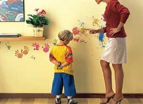 duvarı boyayan çocuk