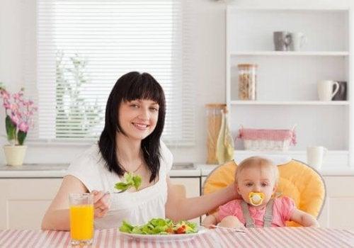 salata yiyen anne ve bebeği