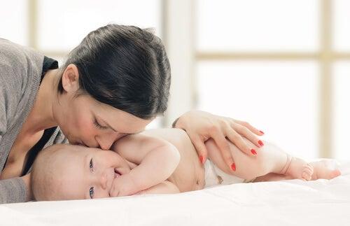 yenidoğanını öpen anne