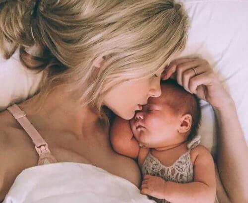 bebeğiyle baş başa uyuyan kadın