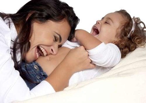 kızının göbeğine yatmış anne
