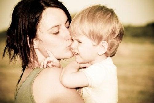 sarışın erkek çocuk ve annesi