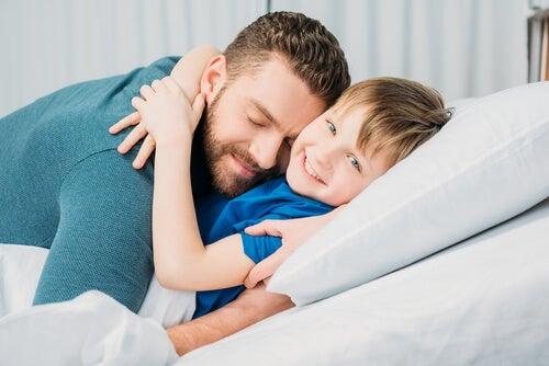 birbirine sarılan baba oğul