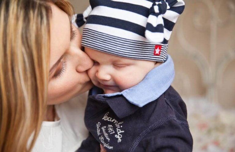 bereli bebeğini öpen anne
