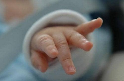 yenidoğan minik parmakları