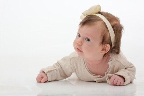573fef195f0 Bebeğinize Saç Bandı ve Kurdele Takarken Dikkatli Olun — Ben anneyim