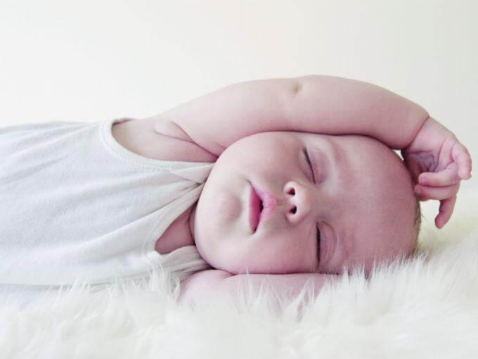beyaz tüyler ve uyuyan bebek