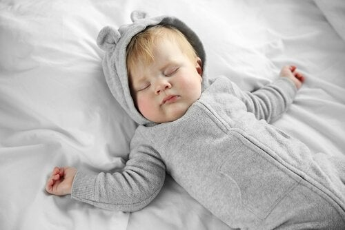 uyuyan tulumlu bebek