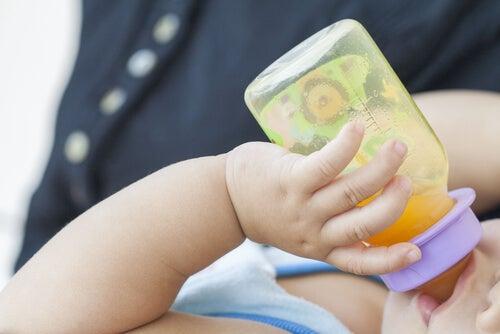 biberondan içen bebek