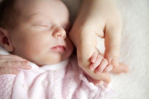 Bebeklere dokunmadan önce el yıkamak neden önemlidir?