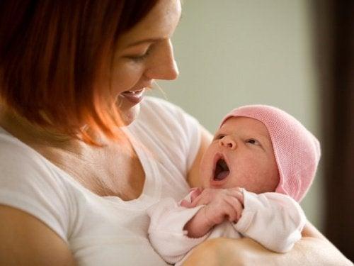 annesinin kucağındaki bebek
