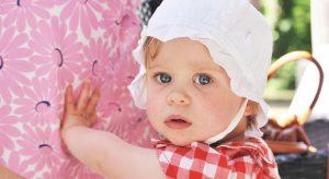 beyaz şapkalı mavi gözlü bebek