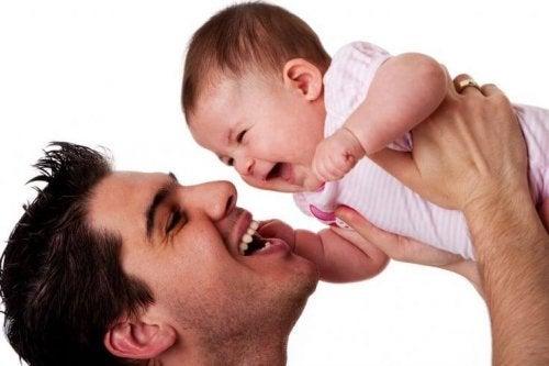 Bebekle Oynayan Baba