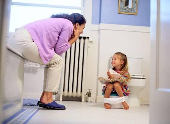 tuvaletini yapan çocuk ve annesi