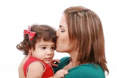 kızını öpen anne