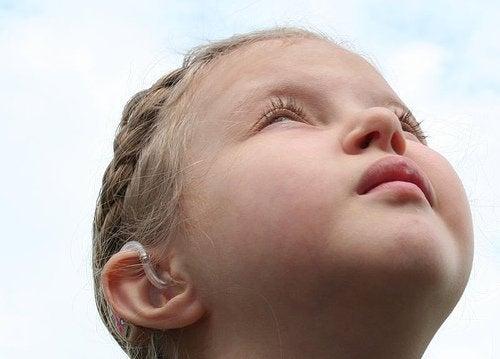 gökyüzüne bakan çocuk