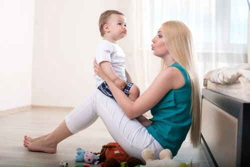 bebeğine bir şeyler anlatan anne