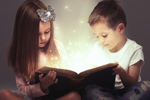 masal okuyan çocuklar