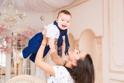 bebeğini havaya kaldıran anne