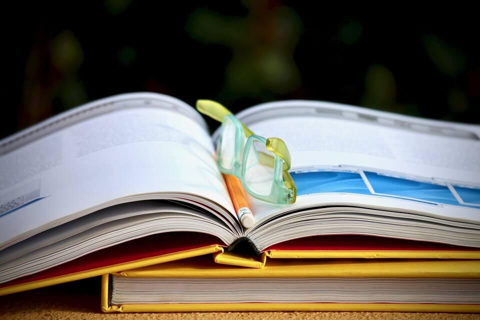 açık kitap ve gözlük