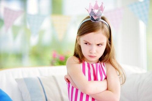 prenses tacı takmış çocuk