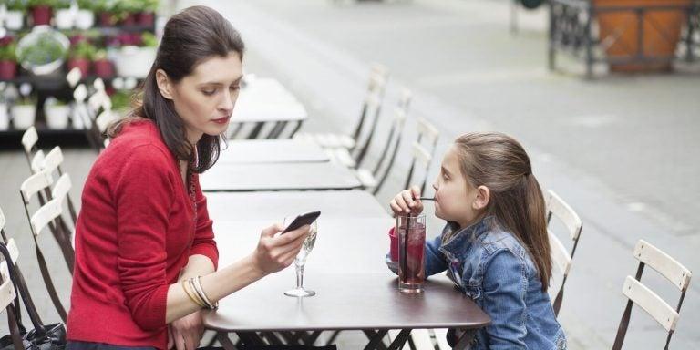 telefonuyla ilgilenen anne ve kızı