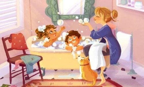 banyo yapan cocuklar ve anneleri
