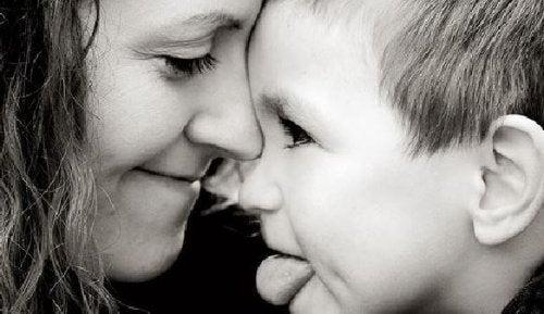 siyah beyaz anne ve dil çıkaran çocuk