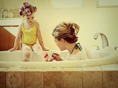kızına oje süren anne