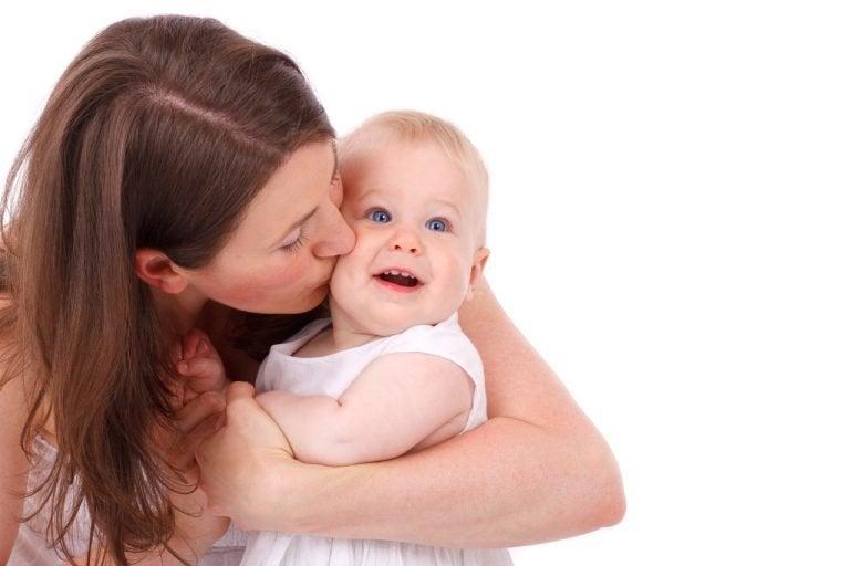 bebeğiyle vedalaşan anne
