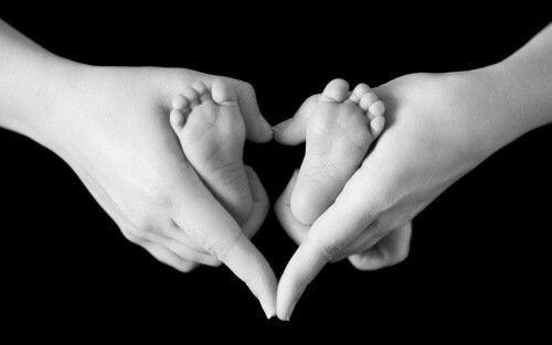 anne eli ve bebek ayağı