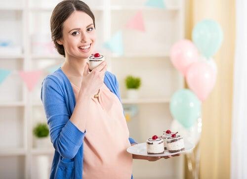 tatlı yiyen hamile kadın