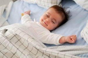 uyuyan mutlu çocuk