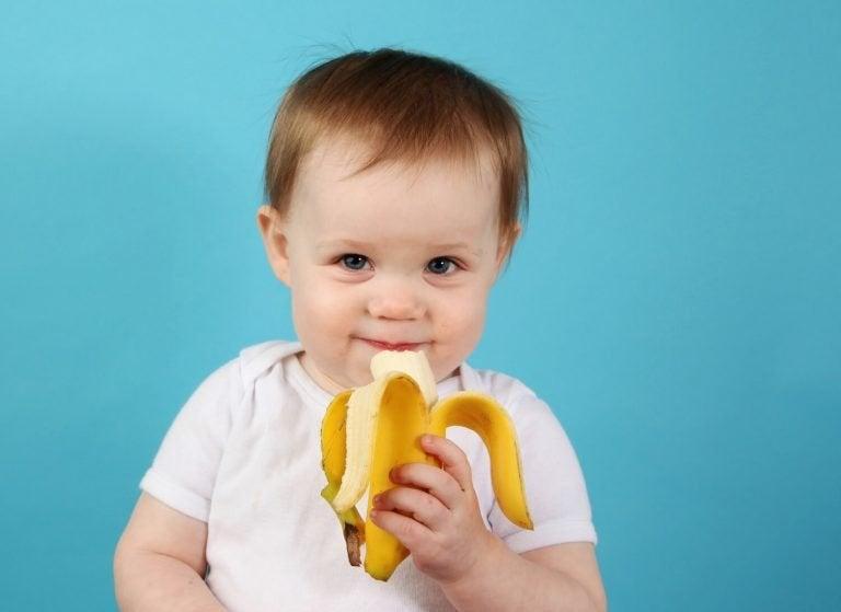 muz yiyen bebek