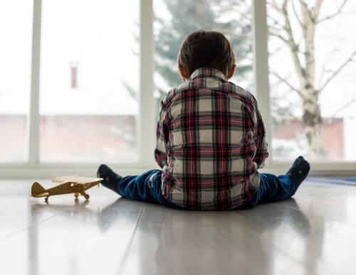 oyuncak uçak ve çocuk