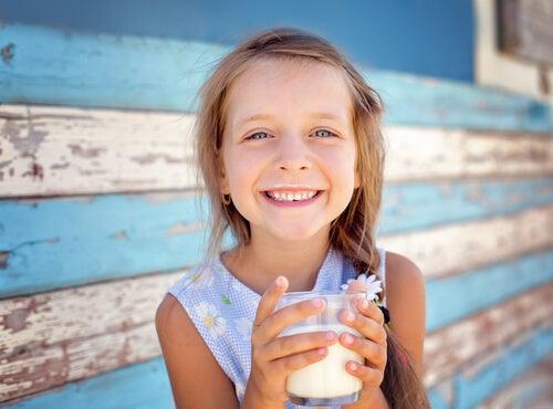 süt içen kız çocuk