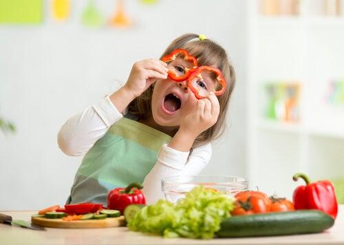 sebzelerle oynayan çocuk