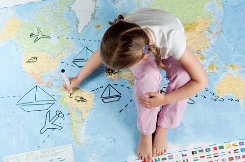dünya haritası ve kız çocuk
