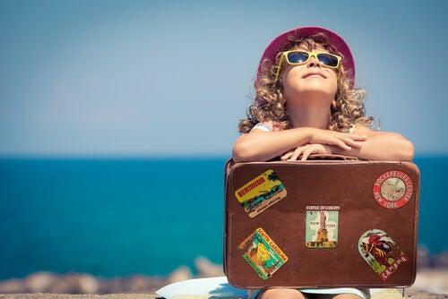 küçük kız ve bavul