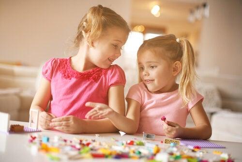 lego oynayan iki kız çocuk
