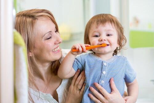 dişlerini fırçalayan çocuk