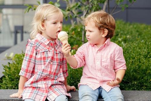 dondurma yiyen çocuklar