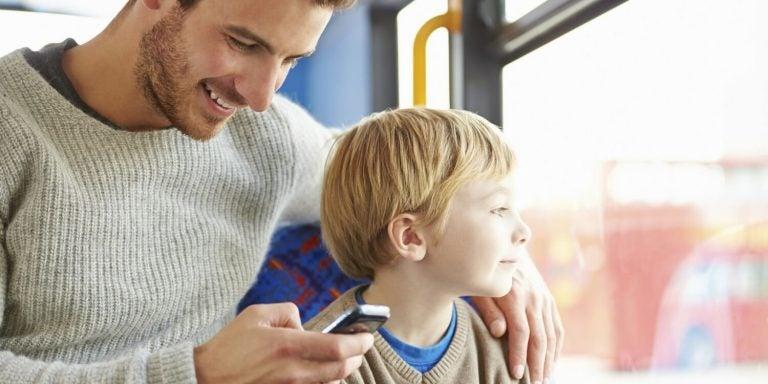 telefonuyla ilgilenen baba ve oğlu