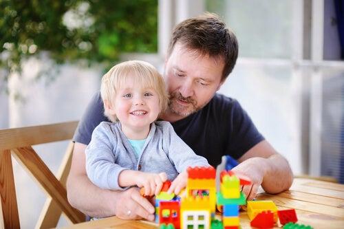 babasıyla lego oynayan çocuk