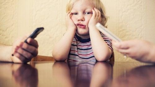 Cep Telefonu Bağımlılığınız Çocuğunuza Zarar Veriyor