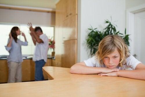 ailesi tartışan çocuk