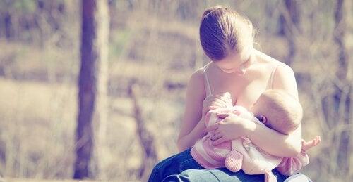 bebeğini emziren anne