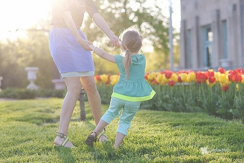 kızıyla bahçede oynayan anne